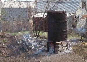 Садова піч для спалювання сміття на дачі в бочці